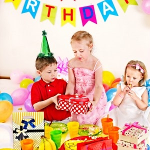 10 fun games for preschool birthday parties that kids will love! These games are great for indoors, outdoors, and end of year preschool parties.